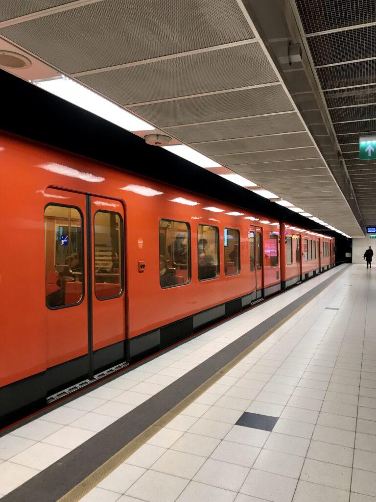 Metro pysähtymässä asemalaiturille.