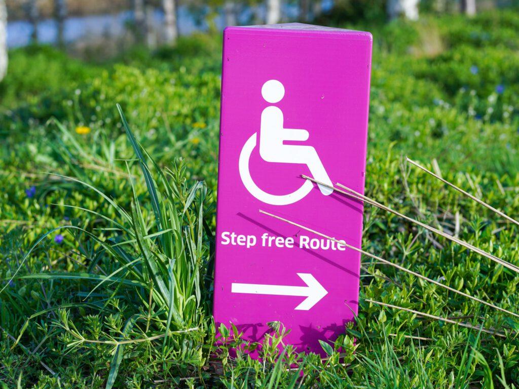Kuva kyltistä ruoholla, jossa lukee Step free route